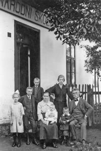 Národní škola - v Kaňovicích asi v r. 1924, v první řadě na klíně  sestra Anna , opřen o koleno otce Josef  Vlček, vlevo ve světlém šatu Bětuška, sirotek po padlém otci Aug. Kubánkovi a tři vyvdané děti po a Aug.Kubánkovi - Gustav, Vojtěch a Maryčka
