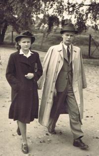 Věra Bořkovcocá, roz. Krejcárková s bratrem Jaroslavem v roce 1945