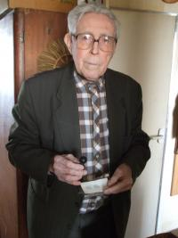 Pavel Macháček a policejní razítko, za které byl vězněn v koncentračním táboře