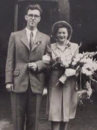 Pavel Macháček a Božena Macháčková, svatební foto v roce 1943