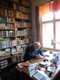 Jaroslav Med ve své knihovně