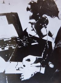 Jaroslav Klemeš s radiopříjmačem v roce 1945