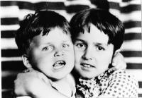 Kateřina Bittmanová s bratrem v dětství