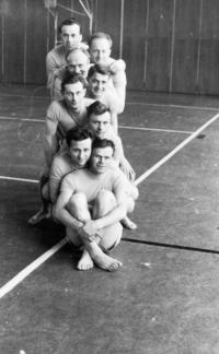 Strahovská tělocvična -1956, armádní družstvo, které se zúčastnilo a vyhrálo soutěž na skladbu na metacích stolech v rámci druhé spartakiády.