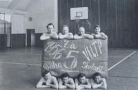 Strahovská tělocvična -1956, armádní družstvo, které se zúčastnilo a vyhrálo soutěž na skladbu na metacích strolech v rámci druhé spartakiády (pamětník dole, druhý zprava)