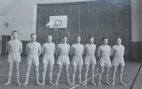 Strahovská tělocvična -1956, armádní družstvo, které se zúčastnilo a vyhrálo soutěž na skladbu na metacích strolech v rámci druhé  spartakiády (pamětník dole, třetí zprava)