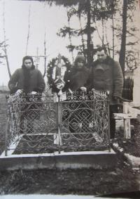 Hrob dvou sourozenců pamětnice v Podlískách, kteří zemřeli v dětském věku