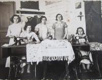 Maminka Věra Vostrá (uprostřed) při učení na švadlenu v roce 1936