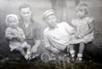 Rodina Lucukova na Volyni (zleva Rostislav, Věra, Alexandr, Slavěna)
