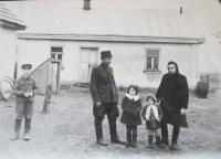 Rodina Lucukova před domem v Podlískách (vlevo kryt sklepa kde se rodina ukrývala před bombardování a otec tam měl kryt, kde se ukrýval při příchodu armád)