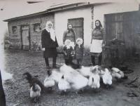 U kovárny v Podlískách (zleva teta Marie, maminka Věra a babička Emílie, dole pamětnice Slavěna se sestřenicí Milenou)