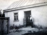 Věra a Alexandr Lucuk s dcerou Slavěnou u jejich domu v Podlískách v roce 1946