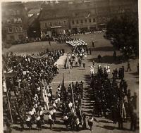 Oslavy na slánském náměstí květen 1946
