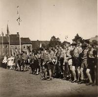 Skautský oddíl na slánském náměstí v květnu 1946