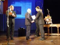 Ve slánském divadle při udílení čestných občanství se statostou RNDr. Ivo Rubíkem v r. 1997