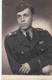 Miloslav Neuberg jako pilotní žák v 1. ročníku ve Šternberku v roce 1949