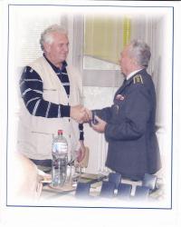 Senátor MUDr. doc. Barták dostává medaili Svazu letců