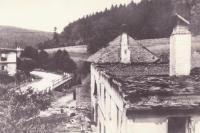 Dům rodiny Mrňků po vypálení Javoříčka, který stál vedle školy
