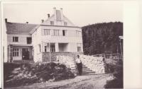 Hotel Adolfa Pospíšila před vypálením, ve kterém se za války konaly tajné taneční zábavy