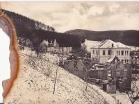 Pohled na vypálené Javoříčko, stojící velká budova je škola, v pozadí hotel Adolfa Pospíšila a dům rodiny Vlčků