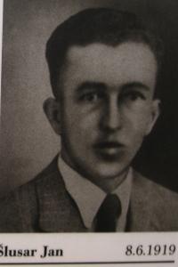 Jan Šlusar, jeden ze spolužáků Jana Jančího, který byl 5. května 1945 zavražděn Lüdemannovým komandem