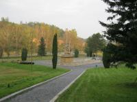 Památník od sochaře Jana Třísky, který připomíná vypálení Javoříčka, říjen 2011, v pozadí část obce Javoříčko