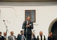 Projev v Husinci po Sametové revoluci (zachycen náhodou i Václav Havel)