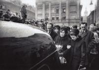 Pohřeb Jana Palacha 1969 - pan Trojan vpravo za snachou paní Palachové