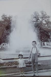 Gabriela Bairová Stoyanová s bratrem Božidarem