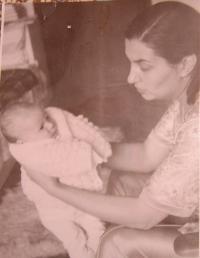 Gabriela Bairová - Stoyanová s dcerou Ivou v roce 1984