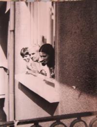 Gabriela Bairová - Stoyanová s otcem Stefanem a švagrovou Martou v bytě v Sofii v roce 1973