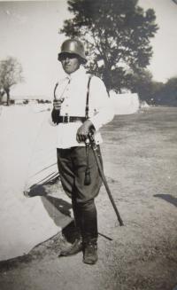 Otec Stefan Bairov ve vojenské uniformě v roce 1945