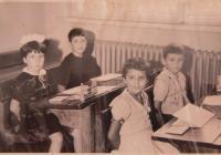 Ve škole v Sofii (pamětnice uprostřed)