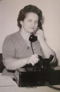 Marie Čechová jako telefonistka v okresním výboru KSČ