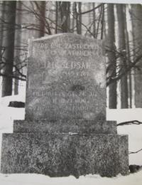 Památník zavražděného  Jana Šlusara, který ještě dnes stojí v lese za Javoříčkem