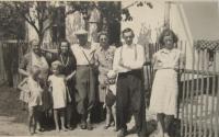 Rodina Vlčkova- zleva maminka Marie, pamětnice, pan Bouzek s manželkou, otec Václav a neznámé děvče