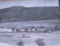 Javoříčko po vypálení, uprostřed pole Jana Dokoupila hrob zavražděných mužů
