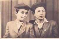 Ioannis Charalambidis s bratrem Nikosem v roce 1951