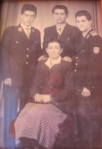 Otec Kostas a matka Maria s dvěma bratranci pamětníka