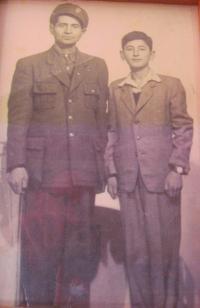 Otec Kostas s bratrem Nikosem v padesátých letech
