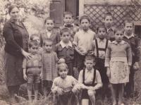 V dětském domově ve Frýdlantu v roce 1949 (uprostřed v bílé košili bratr Nikos, vedle v kšandách pamětník)