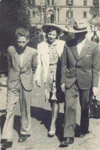 Čtrnáctiletý Ladislav, vedle jeho matka a její bratr ak. sochař Antonín Nykl, který se podílel na stavbě stallinova pomníku. Foto z roku 1958 z Karlových Varů