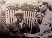 Bratr pamětníka Vratislav Svačina v partyzánské skupině Miroslav Tyrš si podává ruku s velitelem skupiny Ivanem Andrejevičem Libunskim