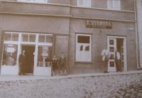 Lékárna a holičství na Masarykově náměstí v Bystřici nad Pernštejnem, vlevo lékárna otce pamětníka Jana Svačiny