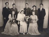 Svatba manželů Bažantových, v evangelickém kostele v Praze - Střešovicích, 13. 3. 1948, kolem kostela jel v tu dobu pohřební průvod s rakví Jana Masaryka