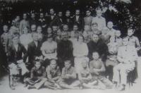 Škola, Mikuláš Vondráček ve druhé řadě úplně vpravo