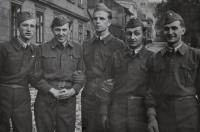 Studenti letecké akademie z jedné světnice / po únoru 1948 všichni z armády propuštěni / zleva Antonín Zelenka, Zdeněk Zikmund, Václav Vondrovic, Karel Zuzka, Josef Zeman / Havlíčkův Brod / 1945
