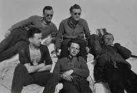 Studenti letecké akademie na kondiční dovolené v Krkonoších / Antonín Zelenka dole uprostřed / asi 1947