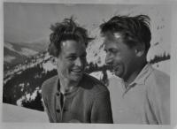 Antonín Zelenka vlevo v leteckém svetru s kamarádem Karlem Zuzkou / Luční Bouda / 1947
