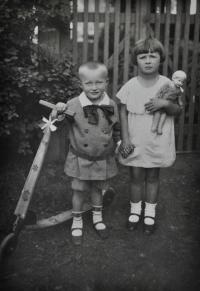 Antonín Zelenka se sestrou Květuší / Vladislav / 1930